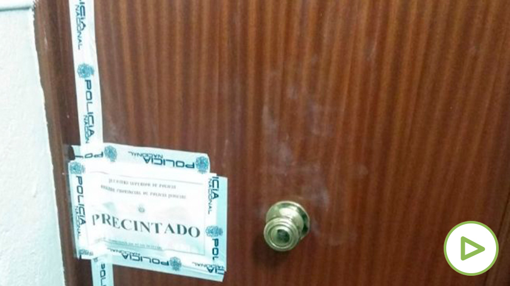 Puerta de entrada al domicilio de los ancianos asesinados con el precinto policial.