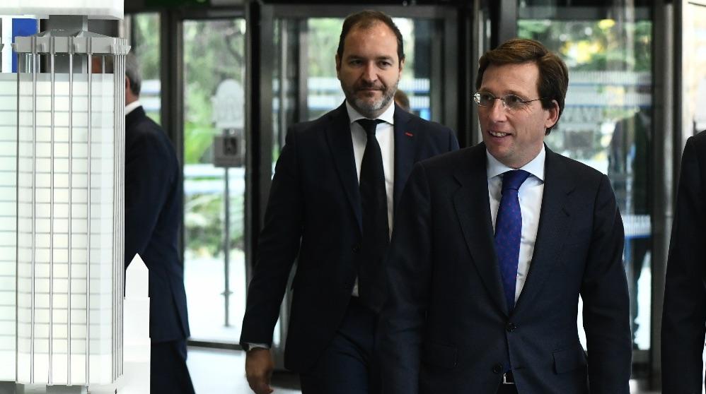 El concejal de urbanismo, Mariano Fuentes, y el alcalde, José Luis Martínez-Almeida. (Foto. Madrid)