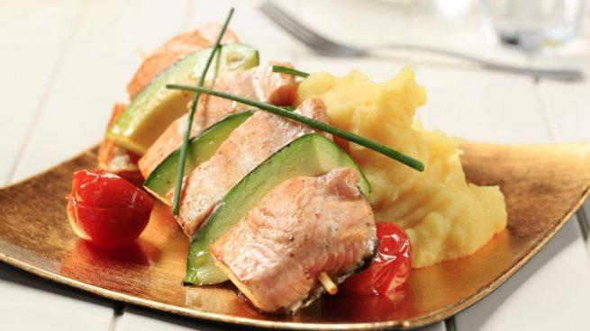 salmón asado con puré de garbanzos