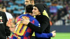 Marc Márquez hizo el saque de honor en el Camp Nou. (AFP)