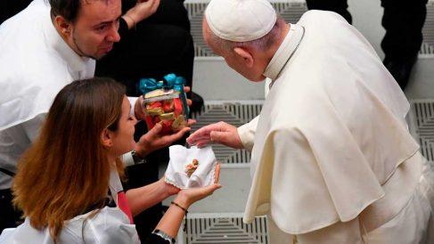 El Papa Francisco bendice una figurita del Niño Jesús durante la audiencia general de los miércoles en el Aula Pablo VI del Vaticano. Foto: AFP