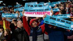 Aficionados con las bufandas de papel y el tema del Tsunami independentista (AFP).