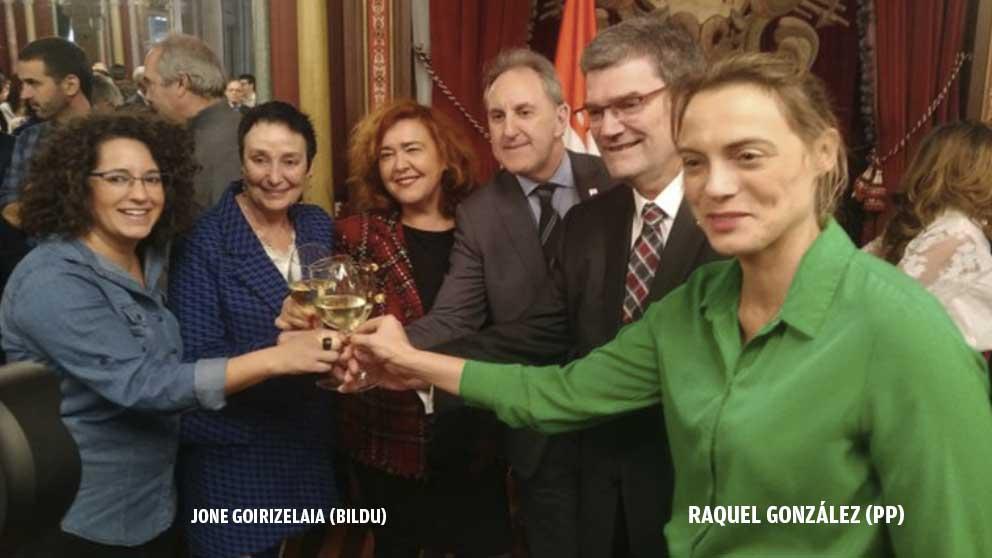 La presidenta del PP de Vizcaya  Raquel gonzález brindando con la bilduetarra Jone Goirizelaia