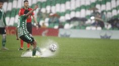 Diego Lainez ejecuta una falta. (Real Betis)