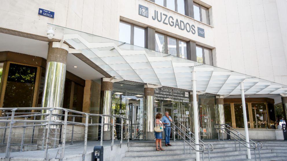 Personas entran por la puerta de los Juzgados de Instrucción ubicados en la Plaza de Castilla de Madrid. Foto: EP