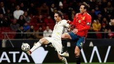 El jugador del equipo Goldstandard Estrellas del Mundo, Nuno Gomes, pelea por el balón con el jugador del combinado de Leyendas de la Selección Española, Carlos Marchena. (EFE)