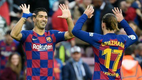 Suárez y Griezmann celebran un gol al Alavés. (AFP)
