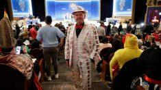 Un hombre disfrazado que ha acudido al Teatro Real para asistir este domingo al Sorteo Extraordinario de la Lotería de Navidad.