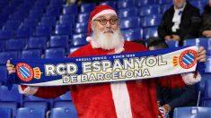 Papá Noel, en el estadio del Espanyol. (AFP)