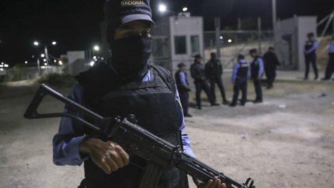 Policías vigilan la entrada a la cárcel El Porvenir, en Honduras, tras la reyerta entre internos que se ha cobrado 19 muertos. (Afp)