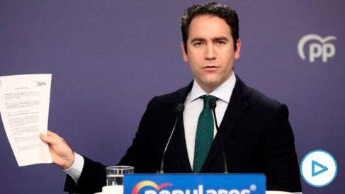 El secretario general del Partido Popular, Teodoro García Egea, muestra el documento en el que el partido pide que Oriol Junqueras deje de ser Eurodiputado.