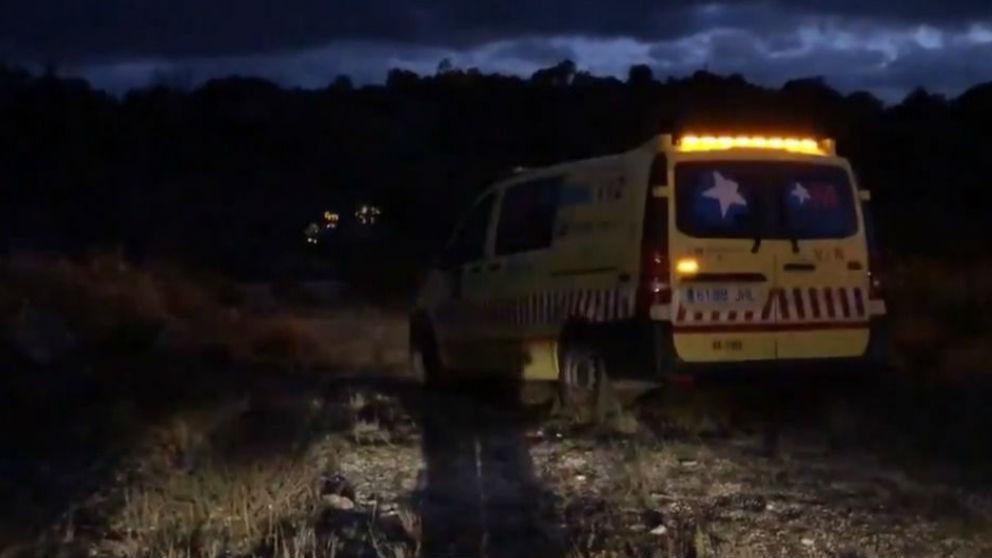 Una ambulancia en el paraje de Valdemanco (Madrid) donde murió la joven por un disparo. (Emergencias 112)