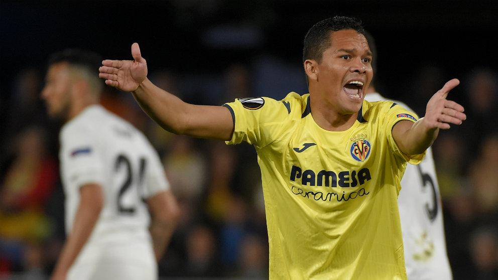 Carlos Bacca en un partido frente al Valencia. (AFP)