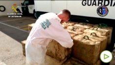 Un guardia civil supervisa la droga incautada en la operación Tenebro. Foto: EP