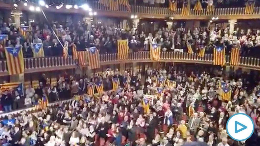Imagen del despliegue de propaganda separatista en el Palau de la Música durante el concierto de Sant Esteve.