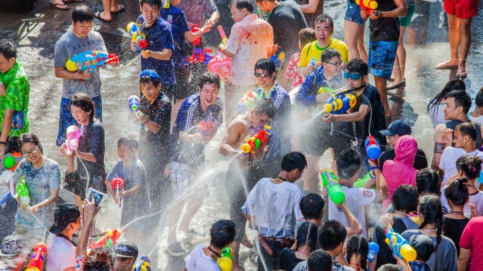 Los tailandeses reciben el nuevo año con una guerra de agua