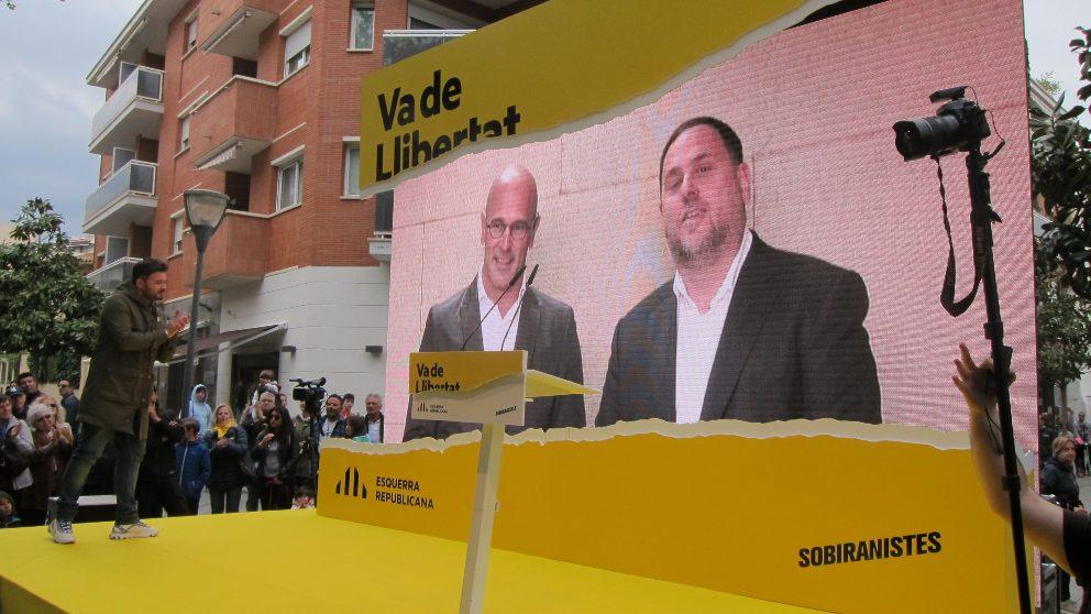 Oriol Junqueras y Raül Romeva interviniendo en un mitin de ERC en Cambrils desde la cárcel de Soto del Real. Foto EP
