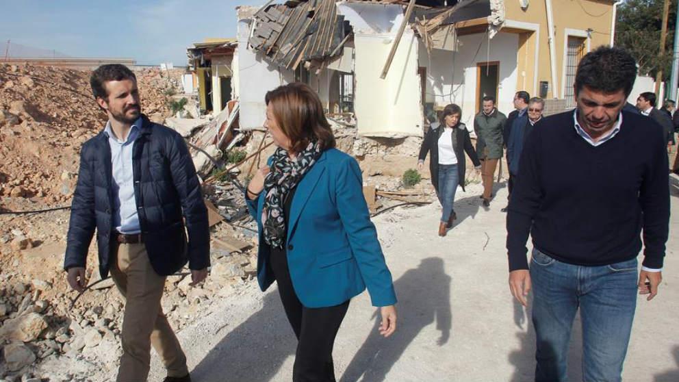 Pablo Casado recorre, esta mañana, las zonas afectadas por la gota fría en Almoradí (Alicante) junto a la alcaldesa de la localidad. (Efe)