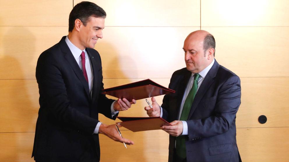Pedro Sánchez y el presidente del PNV, Andoni Ortuzar (Foto: Efe)