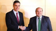 El presidente del Gobierno Pedro Sánchez (i), y el presidente del PNV, Andoni Ortuzar (d), durante la firma del acuerdo por el que los nacionalistas vascos votarán a favor de la investidura de Sánchez, en el Congreso. (Foto: Efe)
