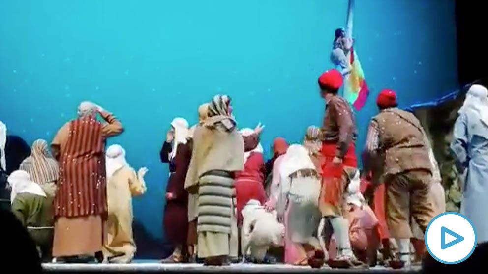 Los Pastores de Vic parodian el accidente del paracaidista con una farola del desfile del 12 de octubre.