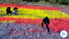 Momento en el que los activistas vuelven a pintar la bandera de España en la AP-7