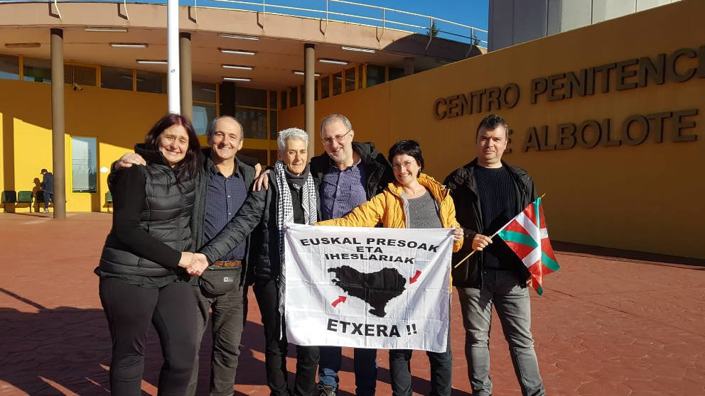 La etarra Agurtzane Delgado, en el centro, a su salida de la cárcel, donde fue recibida por miembros del colectivo Etxera.