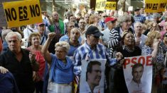 Manifestantes pro-Sánchez en la misma puerta de Ferraz donde fue expulsado un hombre por reclamar la unidad de España.