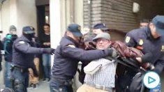 La Policía reduce a un hombre que lucía una pancarta en Ferraz