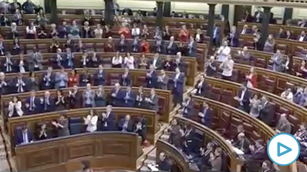 La bancada socialista aplaudiendo al diputado de Teruel Existe