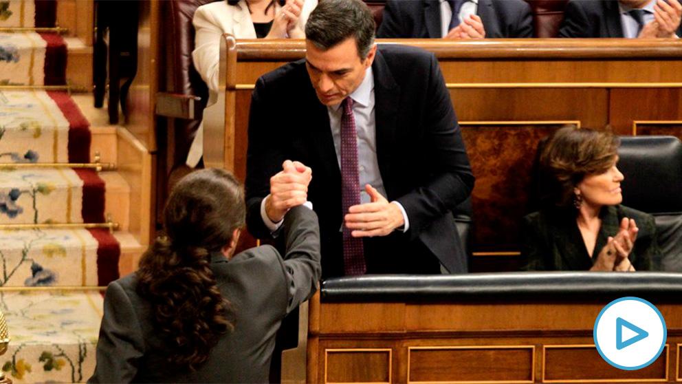 Pedro Sánchez y Pablo Iglesias se saludan en la sesión de investidura. (Foto: Francisco Toledo)