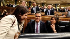 Adriana Lastra, Pedro Sánchez y Carmen Calvo, en un descanso de la sesión de investidura. (Foto: Francisco Toledo)s