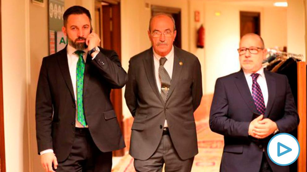 Santiago Abascal con las víctimas de ETA Antonio Salvá y José Francisco Alcaraz.