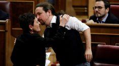 Pablo Iglesias besa a la portavoz de Bildu, Mertxe Aizpurúa