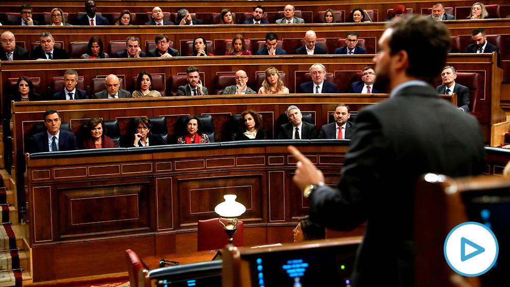 Pablo Casado se enfrenta a la presidenta del Congreso para defender al Rey