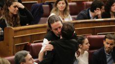 Pablo Iglesias saluda a la portavoz de Bildu.