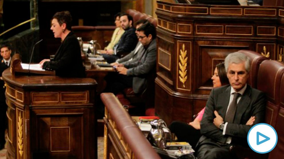 Adolfo Suárez escucha de espaldas a la portavoz de Bildu