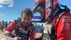 Fernando Alonso y Marc Coma intentando reparar el coche. (Foto: Rally Dakar)