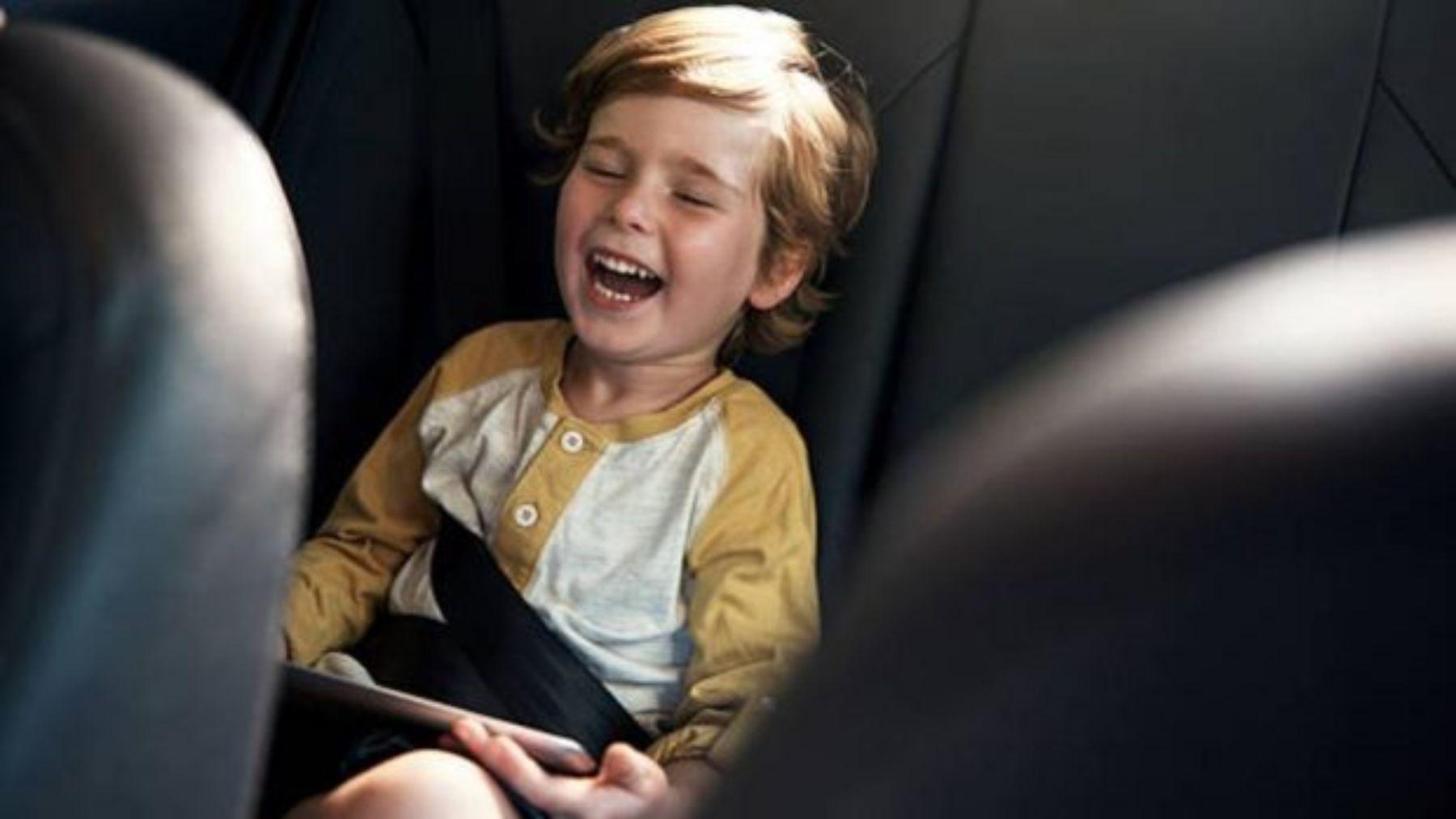 Descubre los mejores chistes para distraer y hacer reír a los niños en el coche