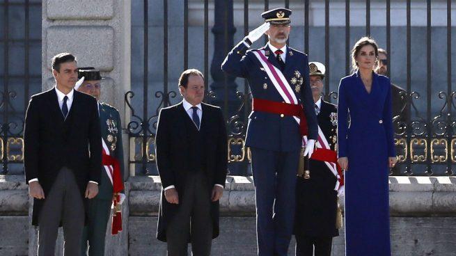 Los reyes, acompañados por el presidente de Gobierno en funciones, Pedro Sánchez, en el Palacio Real. EFE/Mariscal