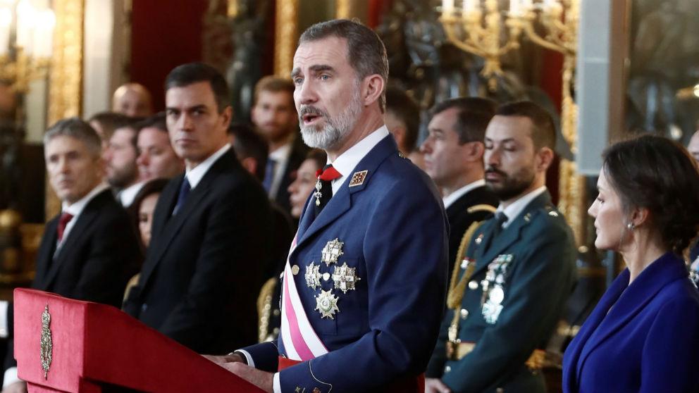 El Rey pronuncia su discurso de la Pascua Militar con Sánchez al fondo. Foto: EFE
