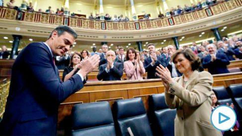 El presidente del Gobierno en funciones, Pedro Sánchez, y la vicepresidenta Carmen Calvo, al inicio de la tercera jornada del debate de la investidura de Sánchez como presidente del Ejecutivo de la nueva legislatura, este martes en el Congreso. EFE/Juan Carlos Hidalgo