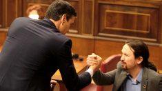 Saludo entre Pedro Sánchez y Pablo Iglesias durante la sesión de investidura. (Foto: Francisco Toledo)