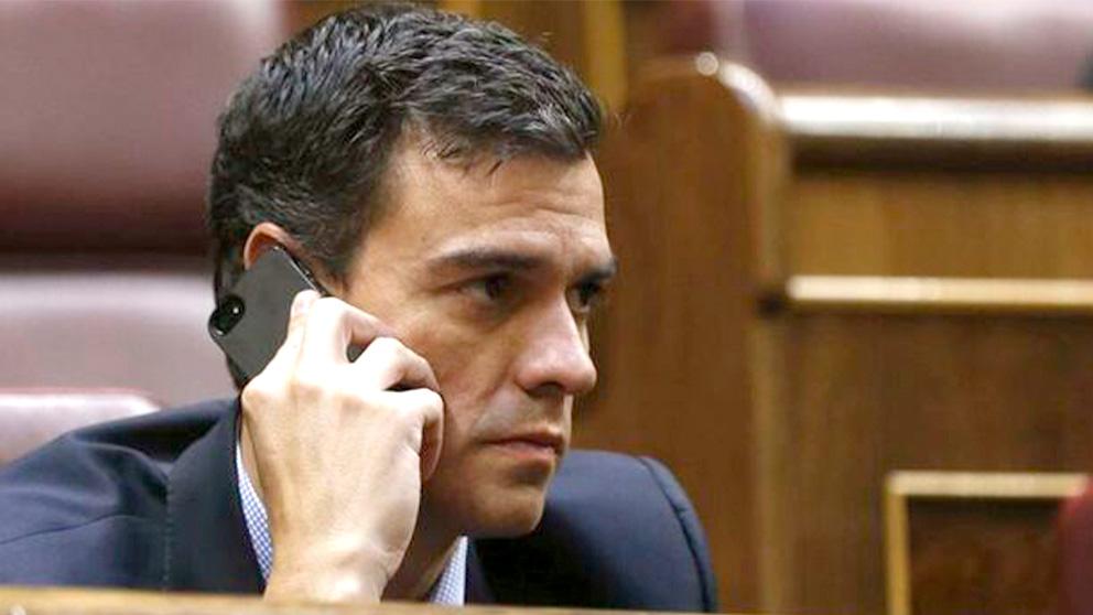 Sánchez hablando por teléfono. (EFE)