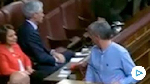 El diputado de Bildu hace muecas de desprecio a Suárez al subir a la tribuna de oradores