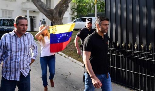 Leopoldo López y su mujer, Lilian Tintori, acogidos en la embajada española de Caracas, salen a hablar con la prensa. Foto: AFP
