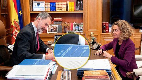 El Rey Felipe VI firmando el decreto que nombra presidente a Pedro Sánchez con el documento militar sobre la mesa.