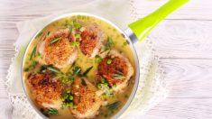 Pollo con vinagre balsámico, ajo y guisantes