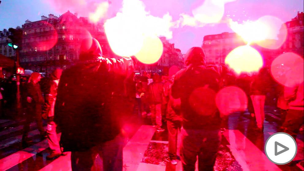 Dos manifestantes con bengalas en París. (Foto: Nacho Moreira)