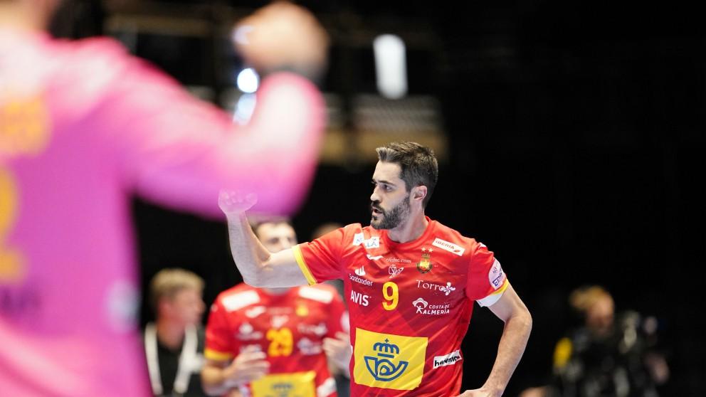 Raúl Entrerríos celebra un gol en la victoria de los Hispanos en el España – Letonia del Europeo de balonmano 2020. (AFP)